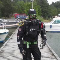 Sukelluspukua tarvitaan poijujen ja laitureiden kiinnitysten tarkistuksissa ja korjauksissa