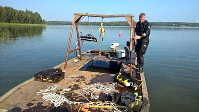 Vid reparation av båtboijar och bryggor använder vi en liten flotta.