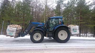 Vid behov transporterar vi veden hem med traktor.