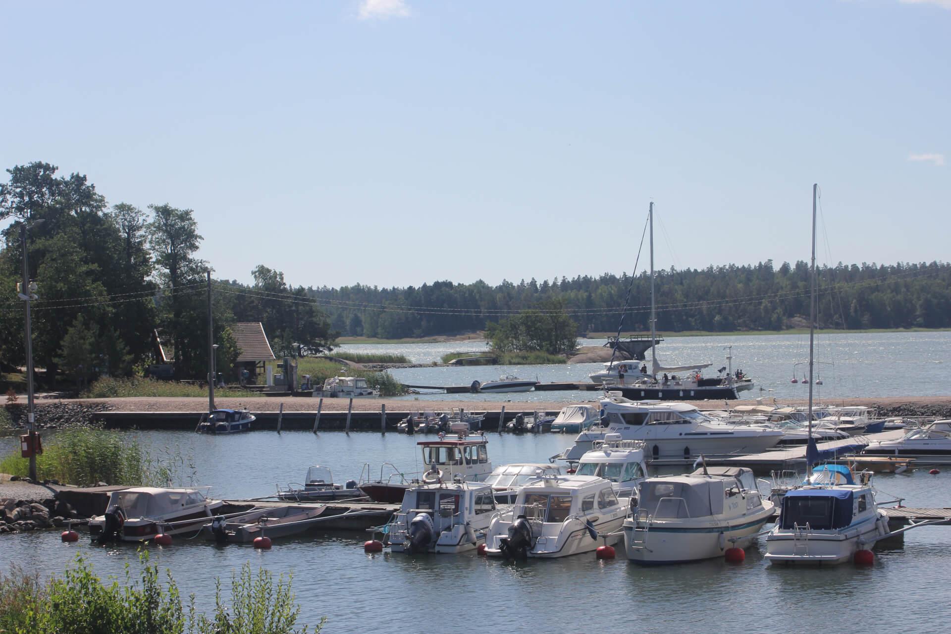 Satama-allasta suojaa kalkkikivestä rakennettu aallonmurtaja ja sataman vierestä löytyy uimapaikka ja hyppyteline.