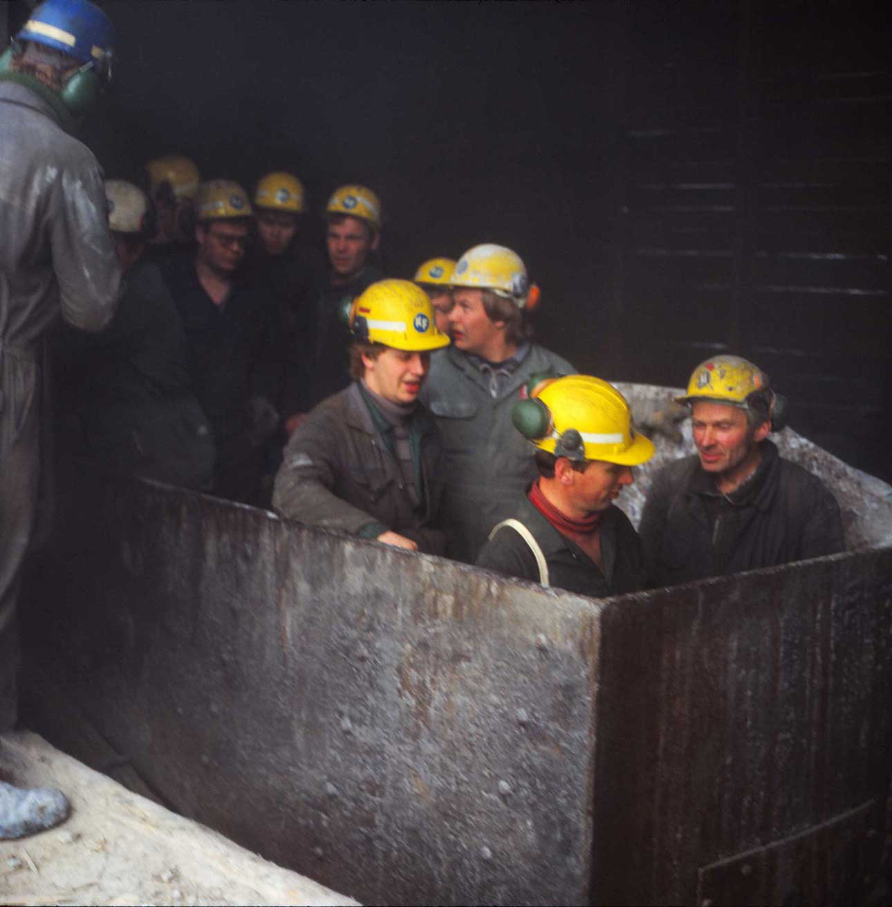 Kaivosmiehet matkalla työpaikalle 1980- luvulla