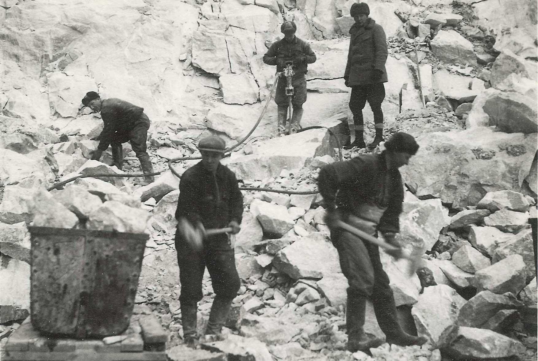 Miehiä kaivoksessa 30- luvulla